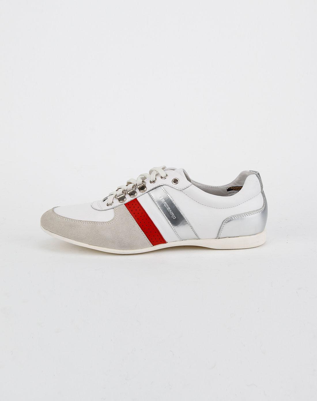 红色绑带运动皮鞋