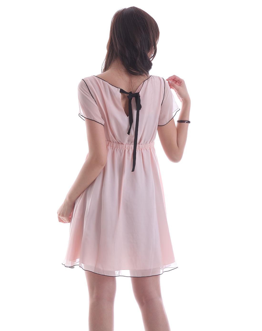 浅粉色花边短袖连衣裙