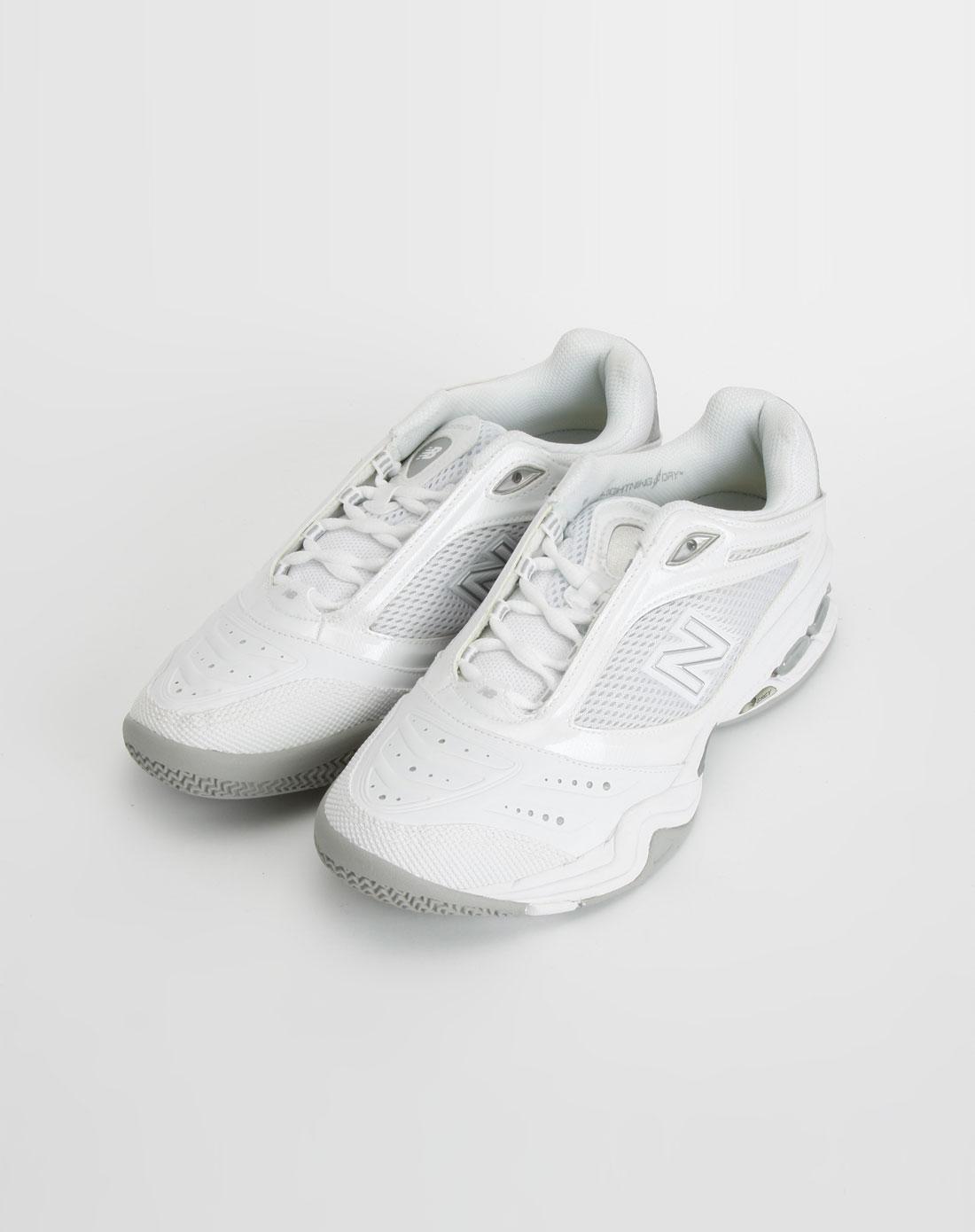 女款白色休闲网球鞋