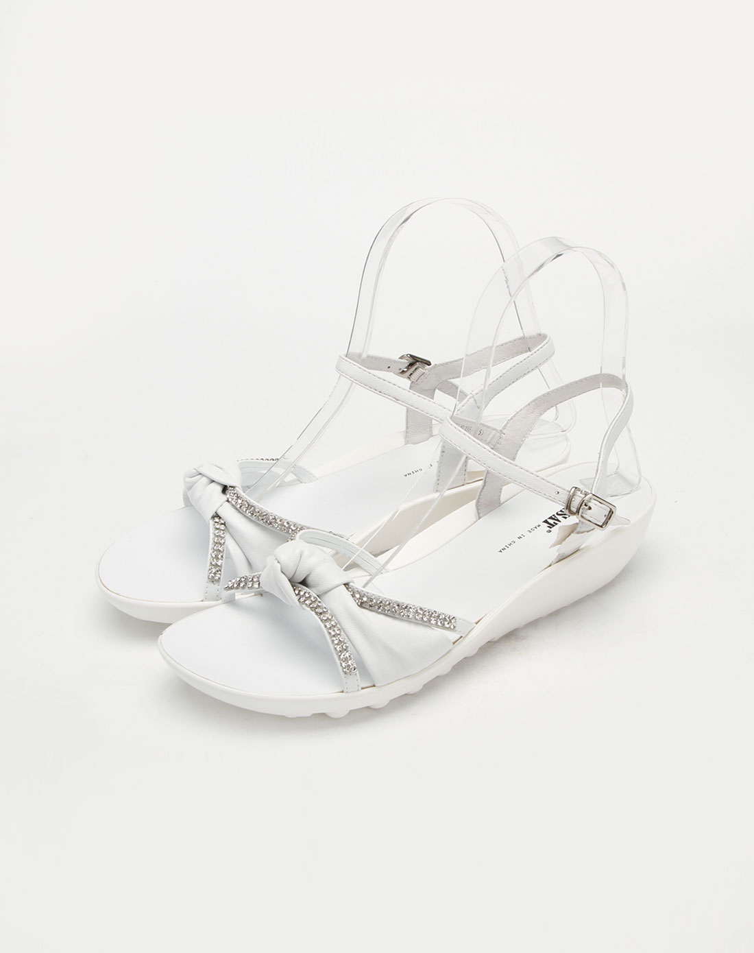 白色绵羊皮凉鞋