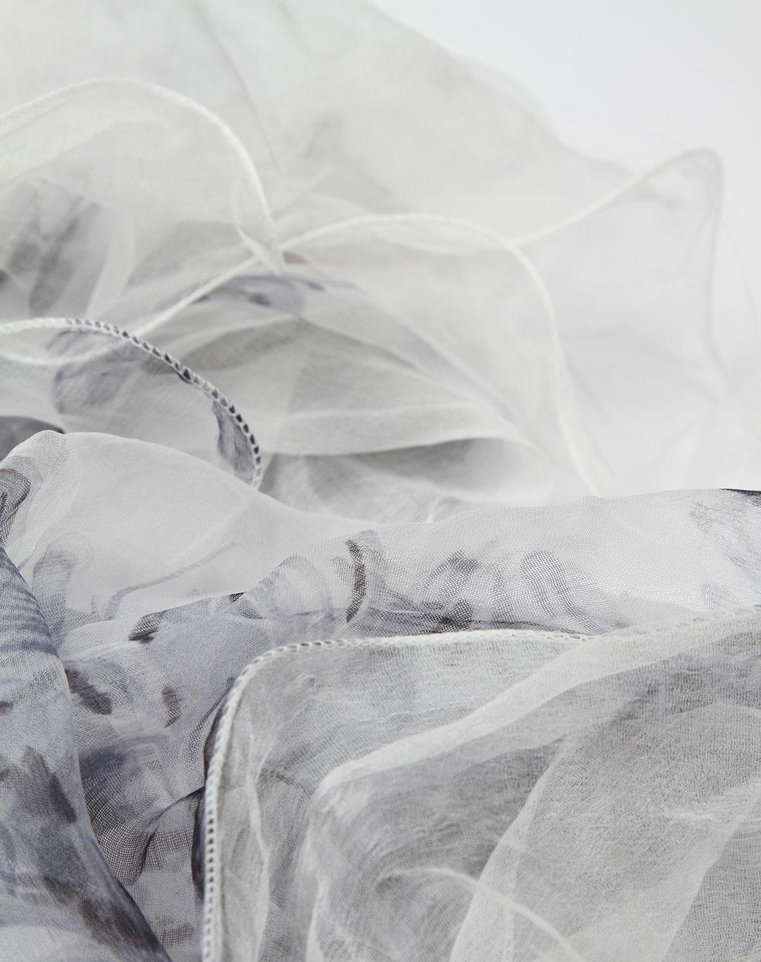 > 白底浅灰色花纹图案双层围巾