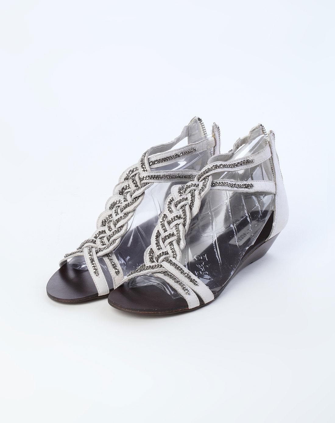 白色链条装饰低跟凉鞋