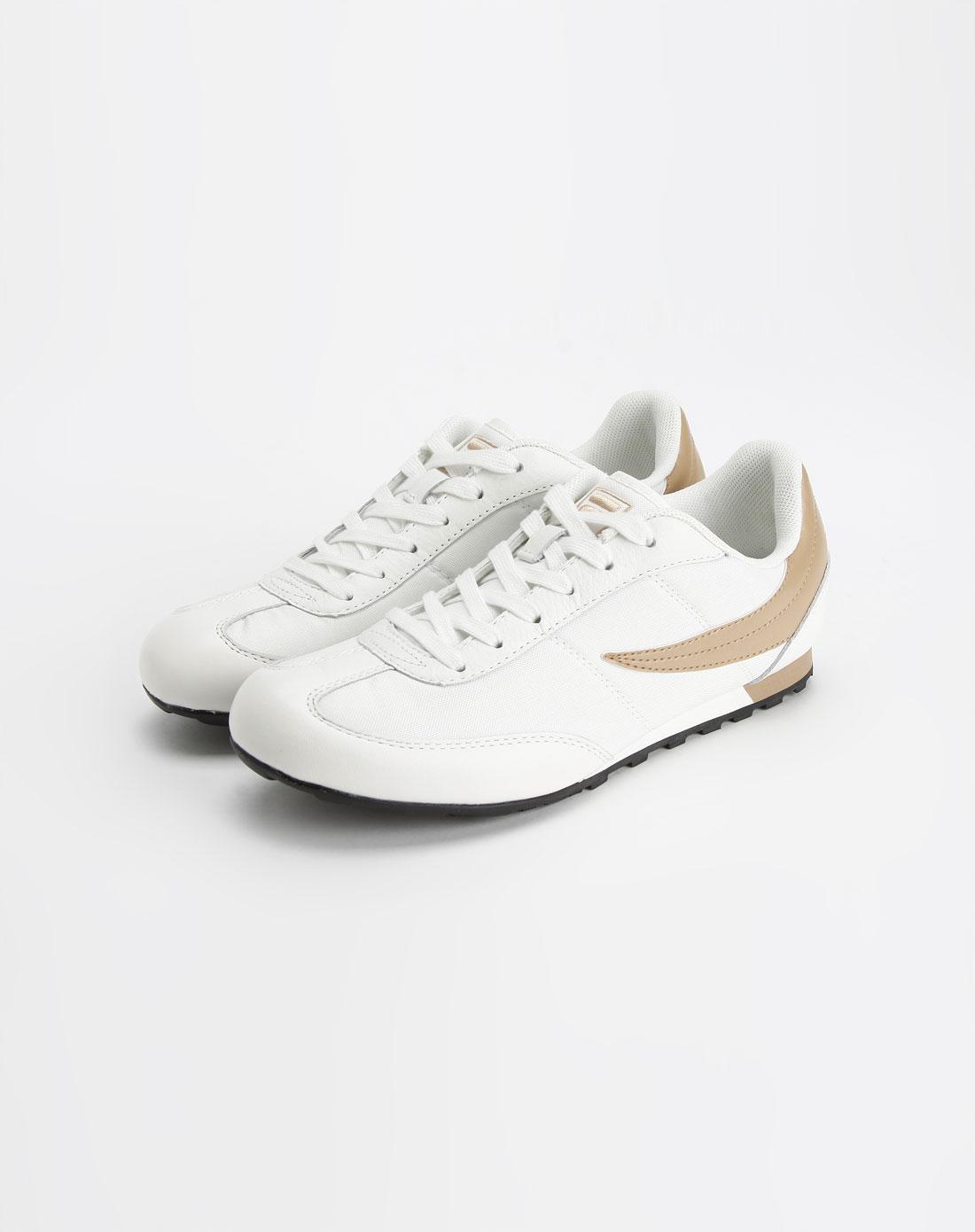 白色潮流复古跑鞋